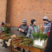 dzieci sprzedają palemki