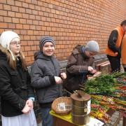 dzieci sprzedają palmy przed kościołem